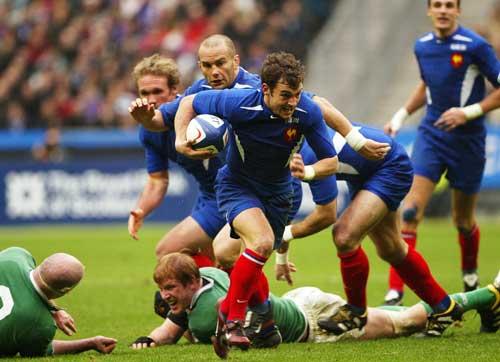 Jean-Baptiste Elissalde breaks through the Irish defence