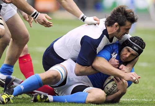 Julien Pierre smothers Italian lock Quintin Geldenhuys