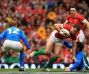 Jamie Roberts breaks through the Italian line