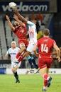 Cheetahs wing Danwel Demas challenges for a high ball with Jake Schatz