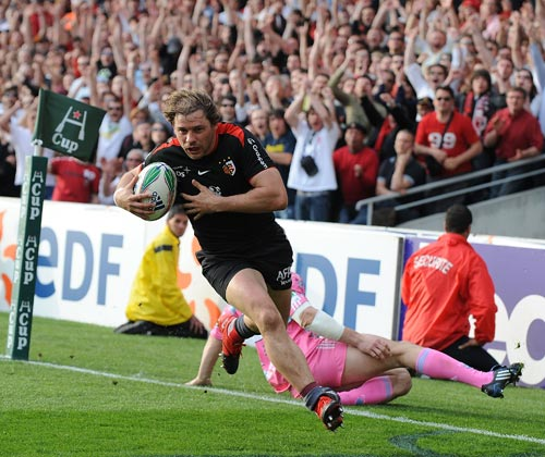 Toulouse winger Cedric Heymans cruises over