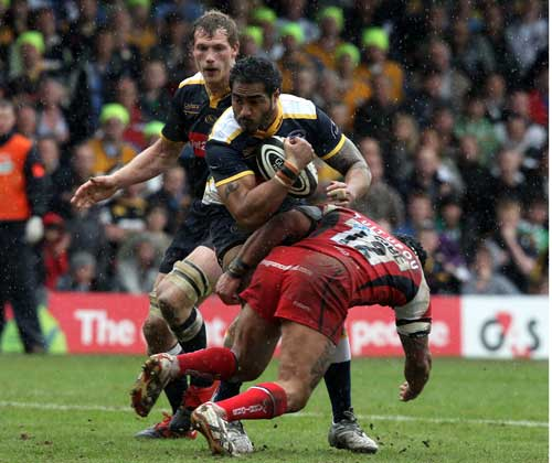 Leeds wing Henry Fa'afili takes on Worcester's Sam Tuitupou