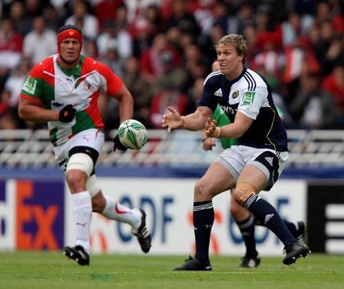 Munster centre Jean de Villiers passes inside