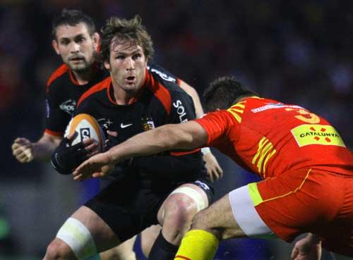 Toulouse No.8 Shaun Sowerby takes on Nicolas Mas