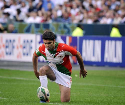 Biarritz's Dimitri Yachvili lines up a penalty