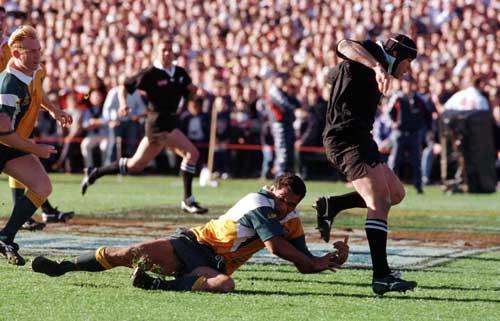 Josh Kronfeld breaks an Australian tackle