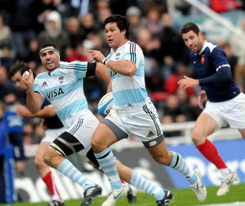 Argentina's Martin Rodriguez exploits a gap in France's defence