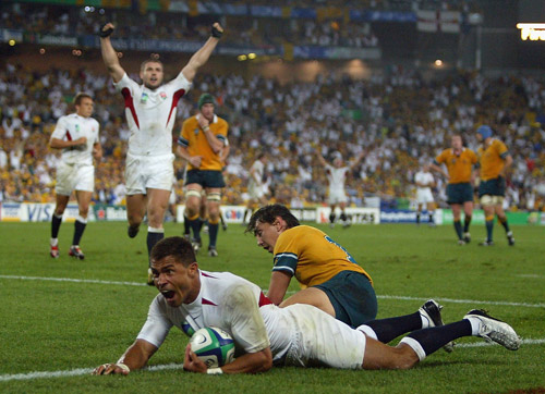 Jason Robinson scores for England in the Rugby World Cup Final between Australia and England