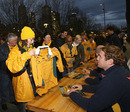 Rocky Elsom and Wallabies team-mates sign autographs