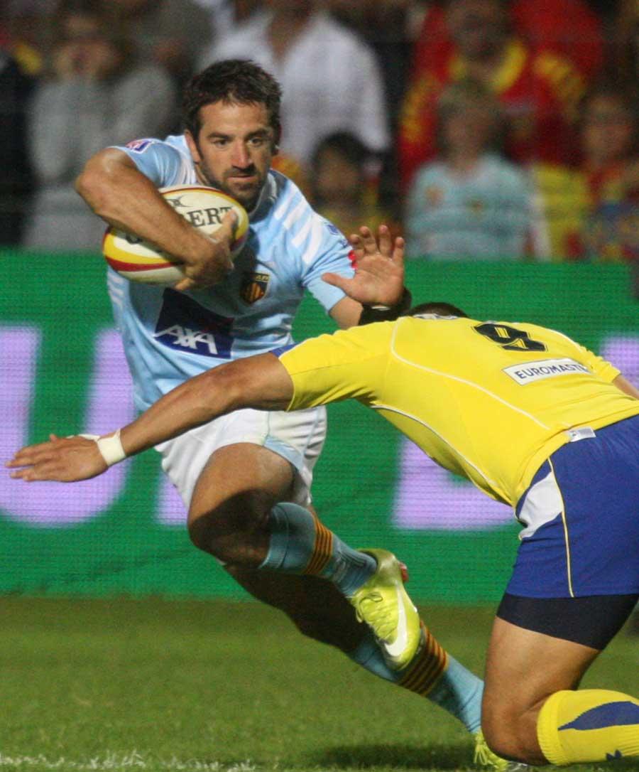 Perpignan's Julien Candelon pulls out a hand off