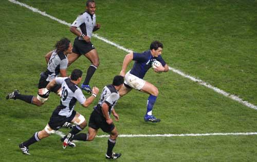 Yannick Jauzion scores against New Zealand