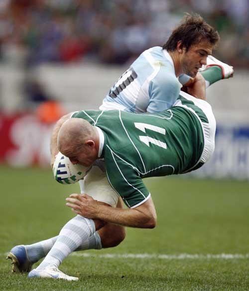 Juan Martin Hernandez tackles Denis Hickie