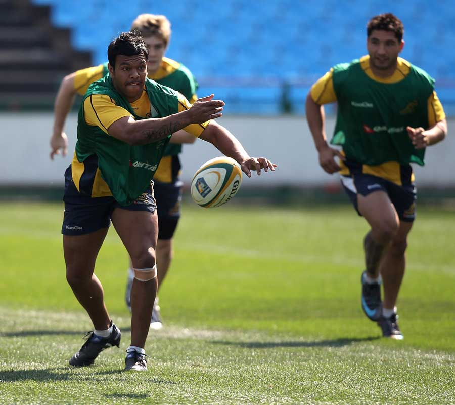 Kurtley Beale spreads the ball during the Wallabies' training
