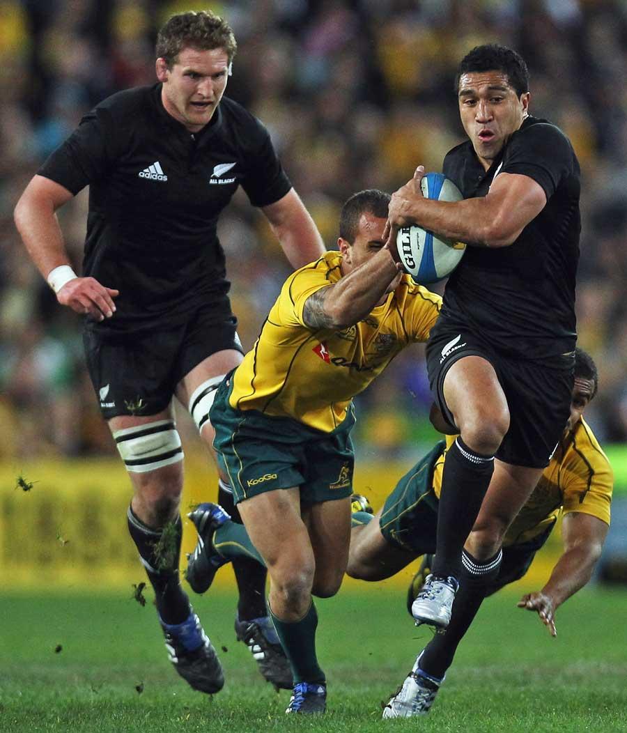 New Zealand's Mils Muliaina stretches Australia's defence
