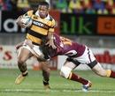 Taranaki's David Smith stretches the Southland defence