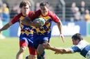 Perpignan fly-half Manny Edmonds evades Treviso's Andrew Vilk