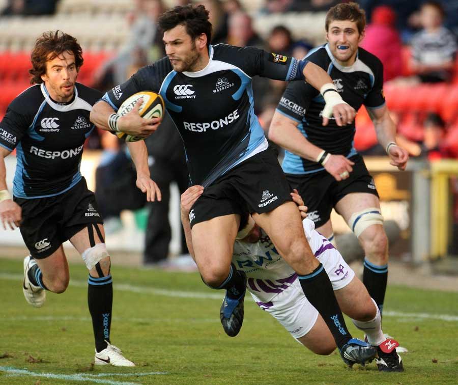 Glasgow's Rob Dewey stretches the Ospreys' defence