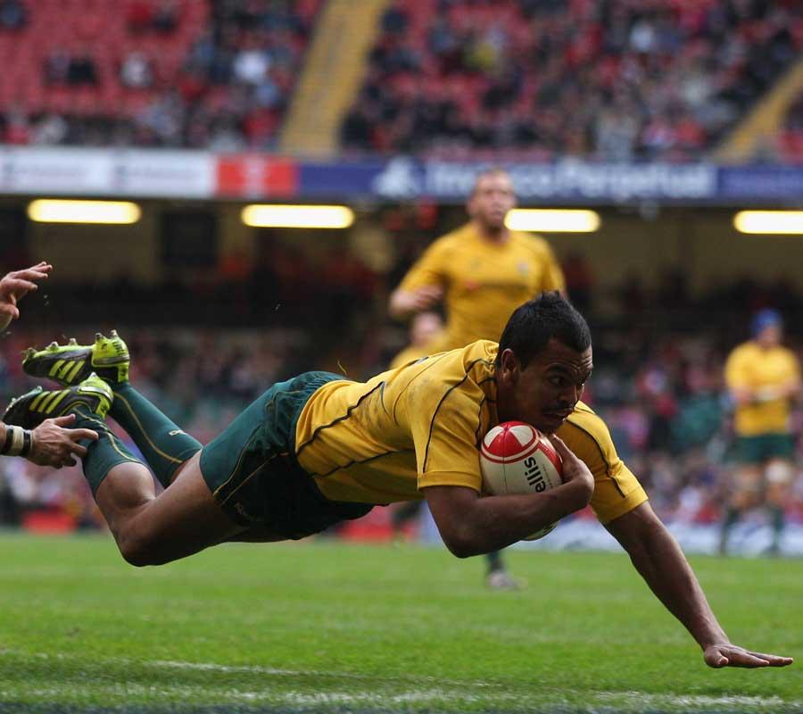 Kurtley Beale dives in to score for Australia, Wales v Australia, Millenium Stadium, Cardiff, Wales, November 6, 2010