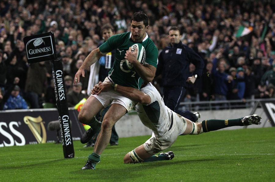 Ireland fullback Rob Kearney crosses in the corner