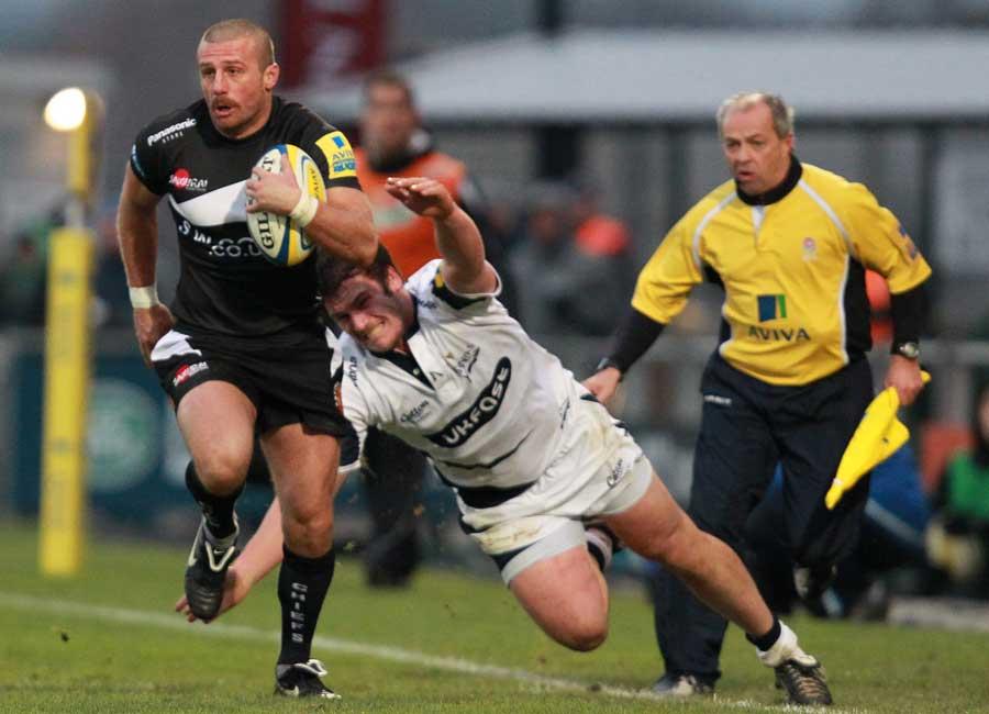 Nic Sestaret accelerates down the touchline, Exeter v Sale, Aviva Premiership, Sandy Park, Exeter, England, November 27, 2010