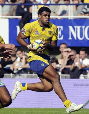 Clermont's winger Napolioni Nalaga (R) rides with the ball during their Top 14 rugby match at the stadium Marcel Michelin in Clermont-Ferrand on on September 28, 2008