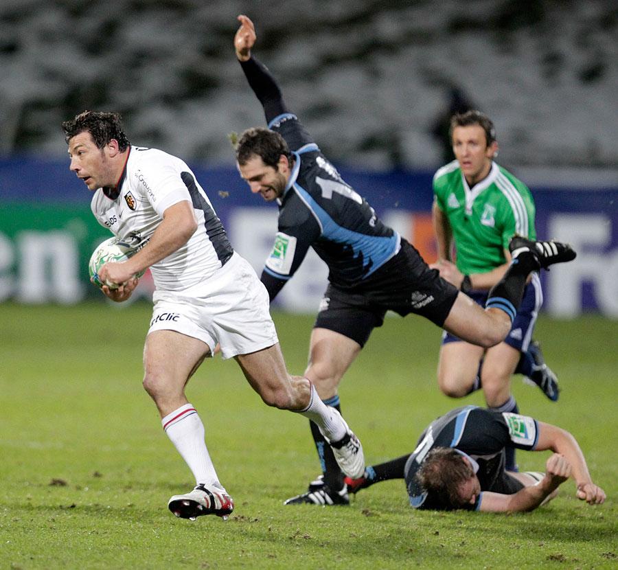 Toulouse scrum-half Byron Kelleher pierces the Glasgow defence