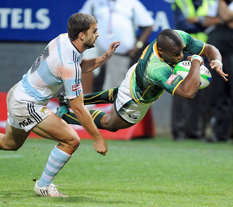South Africa's Sibusiso Sithole evades Argentina's Ramiro Moyano to score