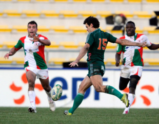 Julien Laharrague unleashes a late drop goal, Aironi v Biarritz, Heineken Cup, Stadio Luigi Zaffanella, Viadana, Italy, December 11, 2010