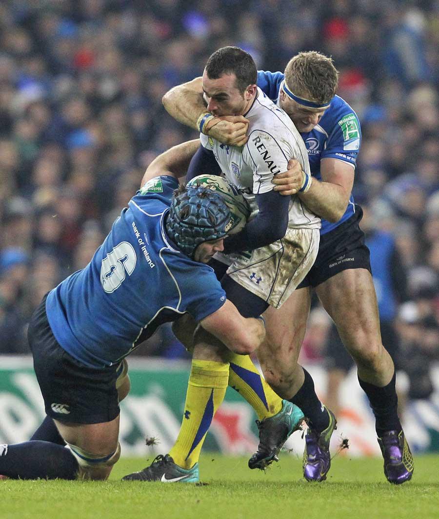 Leinster's Jamie Heaslip (R) and Sean O'Brien (L) tackle Clermont Auvergne's Ben Baby