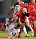 Toulouse's Clement Poitrenaud stretches the Glasgow defence