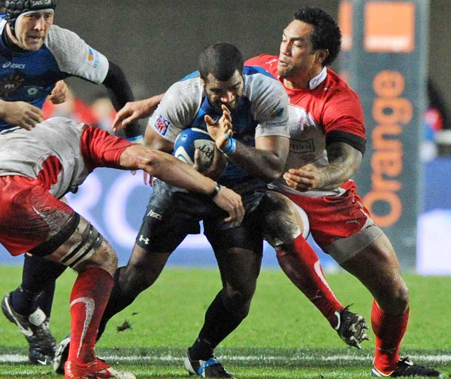 Montpellier's Masi Matadigo stretches the Biarritz defence