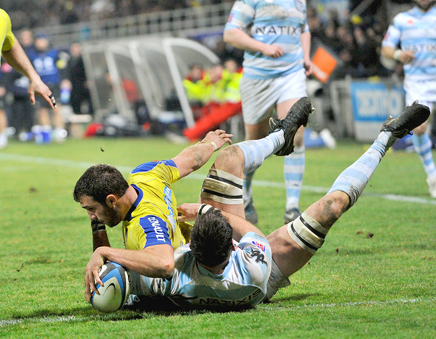 Clermont flanker Alexandre Lapandry reaches out to score