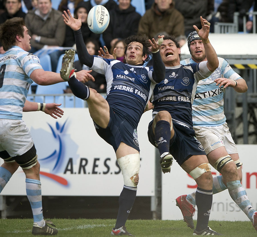 Castres duo Yannick Caballero and Chris Masoe compete for a high ball