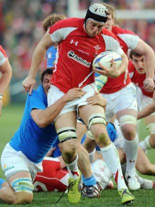 Wales' Ryan Jones takes the battle to Italy, Italy v Wales, Six Nations, Stadio Flaminio, Rome, Italy, February 26, 2011