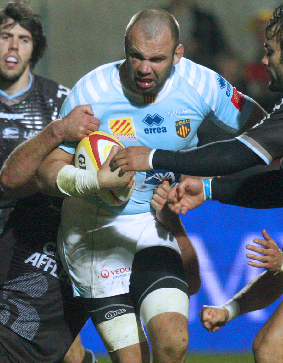 Perpignan's Gregory le Corvec stretches the Bayonne defence