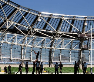England run through a lineout at Lansdowne Road