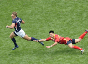 Paul Emerick of the USA escapes the clutches of China's Long Hanxiao
