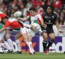 Biarritz' Dimitri Yachvili clears his lines