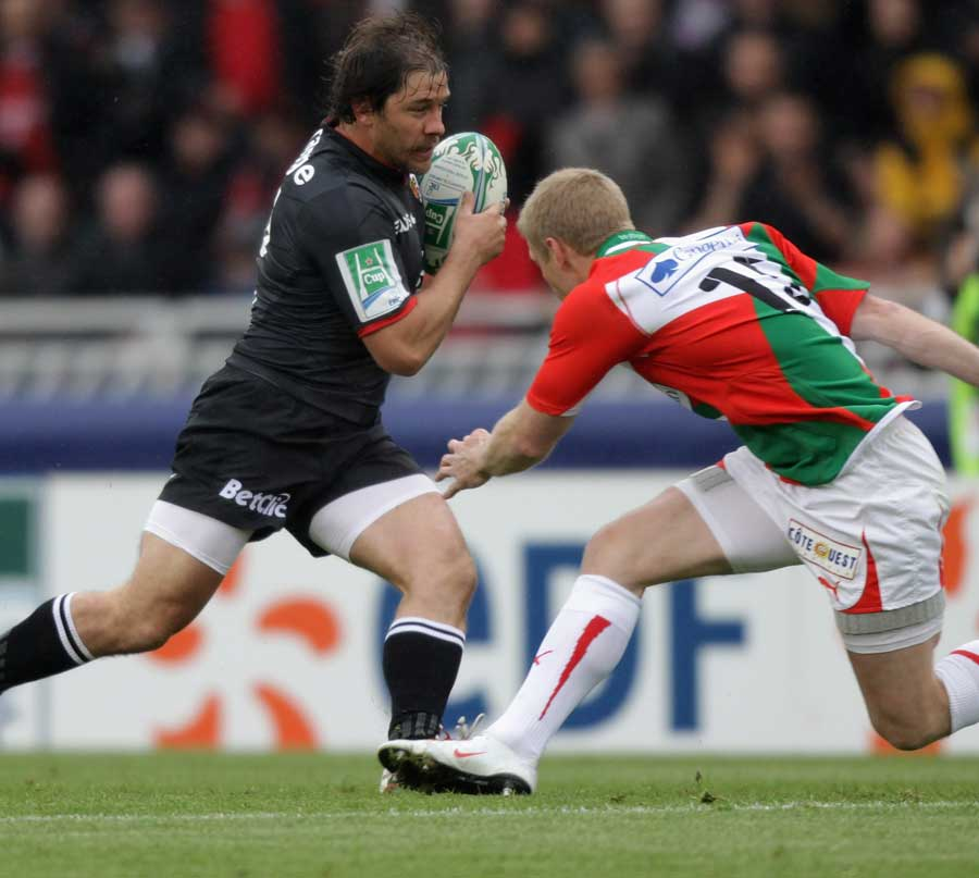 Toulouse's Cedric Heymans steps Biarritz' Iain Balshaw on his way to a try