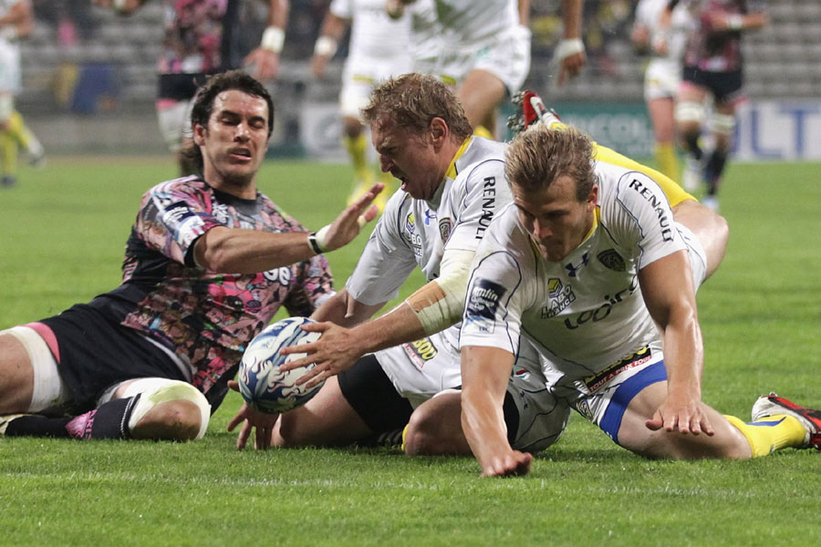 Clermont Auvergne fly-half Brent Russell touches down