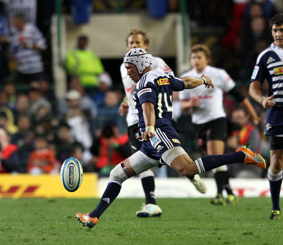 Stormers wing Gio Aplon lands a drop goal