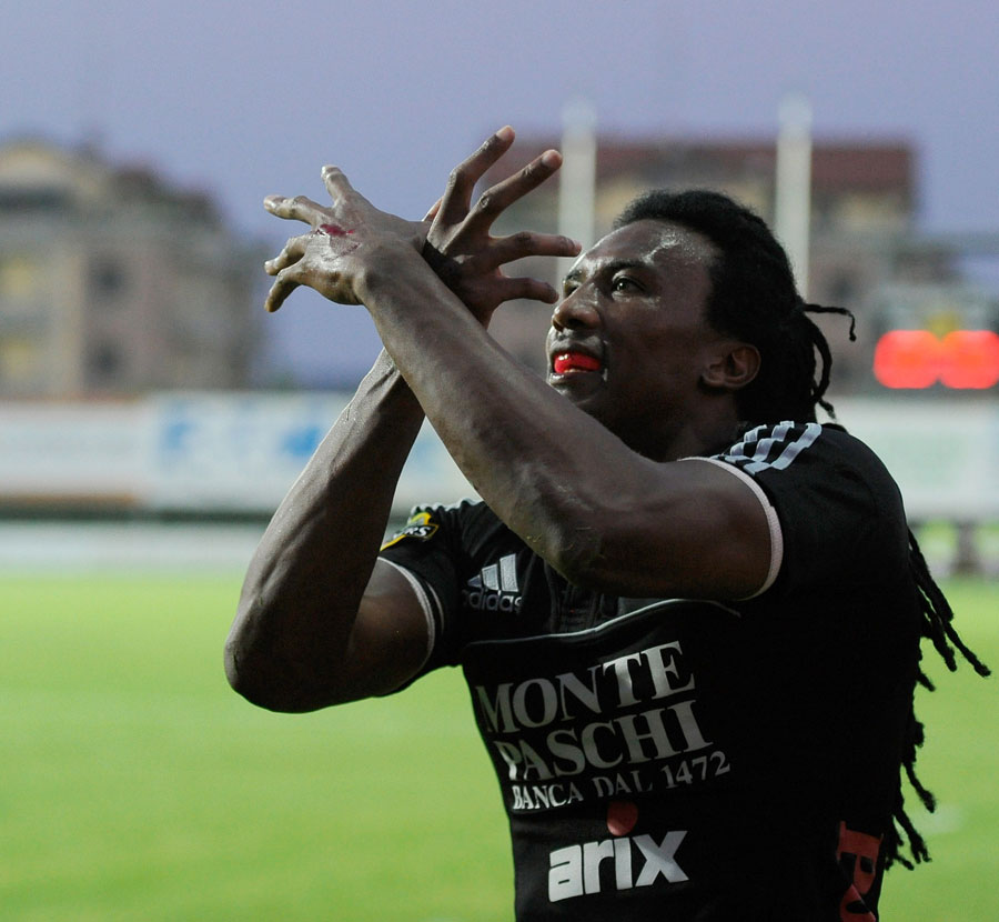 Aironi wing Danwel Demas celebrates his try
