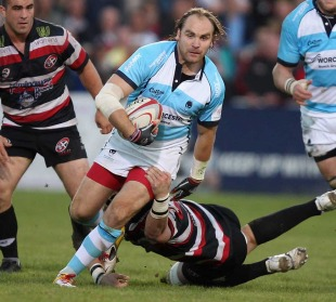 Worcester's Andy Goode splits the Cornish Pirates defence