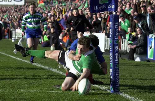 Brian O'Driscoll scores a controversial try