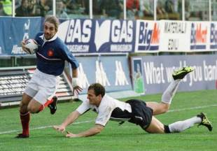 Philippe Bernat-Salles rounds the Italian defence to score during a bruising clash at the Stadio Flaminio, March 3 2001