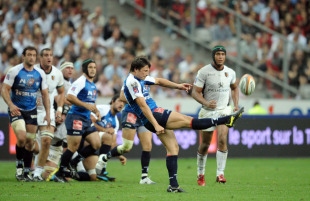 Montpellier fly-half Francois Trinh-Duc launches an up-and-under