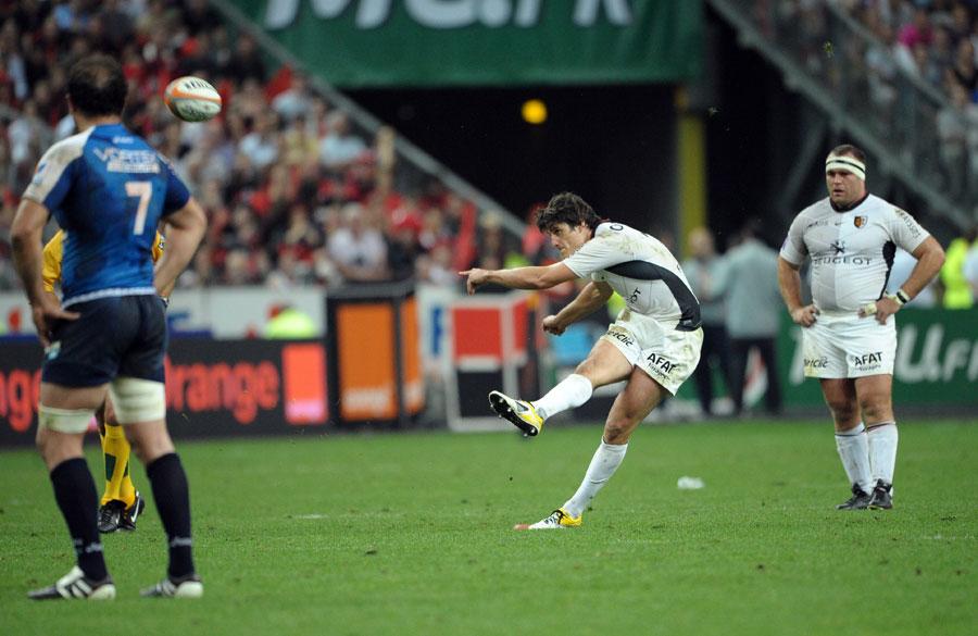 Toulouse fly-half David Skrela kicks a penalty