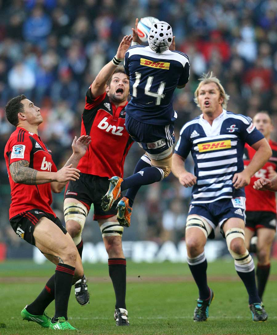 The Stormers' Gio Aplon leaps high to claim the ball