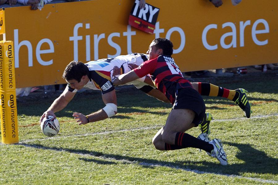 Waikato's Richard Kahui dives over to score