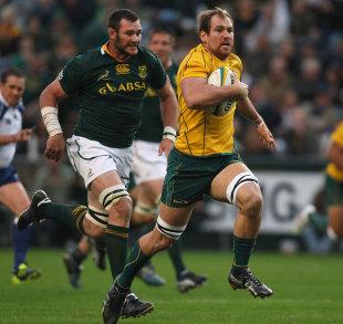 Australia captain Rocky Elsom outpaces South Africa's Daine Rossouw